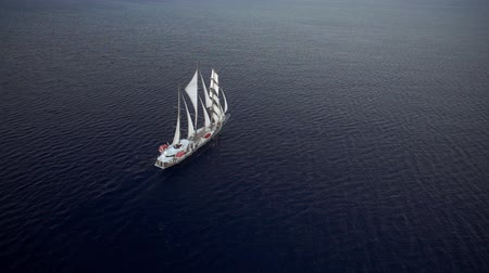 calma : Sailing ship in calm weather sailing on the ocean