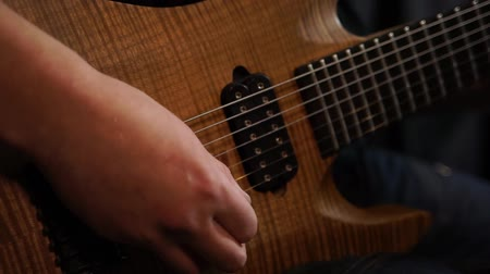 guitarrista : Rock musician plays solo guitar. Close up of rock guitar solo. Closeup of rock guitar player hands. Rock guitarist. Young man playing electric guitar Vídeos