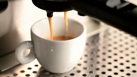 kahve molası : White ceramic cup in a coffee machine, espresso prep