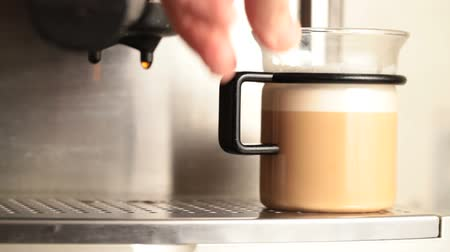 kahvehane : Mans hand takes off a cup of coffee with milk from espresso machine Stok Video