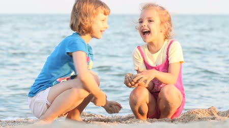 купаться : Little girls playing and and runnig away from the beach Стоковые видеозаписи
