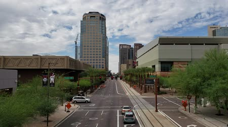monção : PHOENIX, AZ, USA  - OCTOBER 12, 2018:  Washington avenue in West direction near 5th Street in Phoenix downtown with sky covered in dense monsoon clouds, Arizona Vídeos