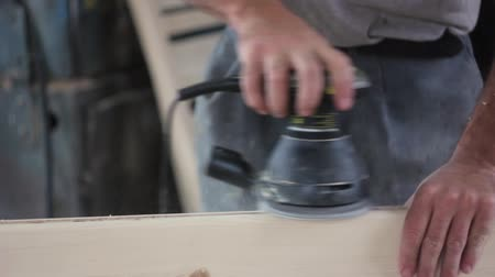 polonês : sanding wood with angle grinder
