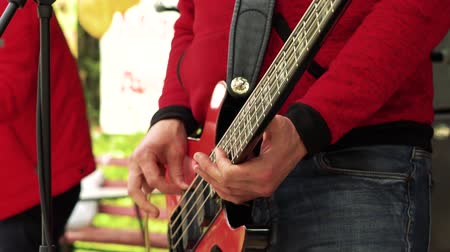 гитара : Musician plays bass guitar