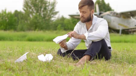 kalkış : man lets paper airplanes Stok Video