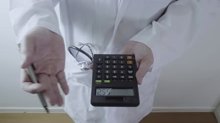 gyógyszerész : Healthcare costs and fees concept.Hand of smart doctor used a calculator for medical costs in modern hospital