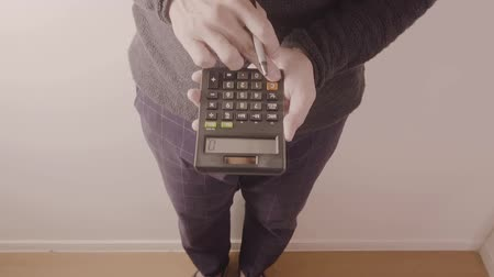 cálculo : young designer or businessman working with calculator in modern office in slow motion