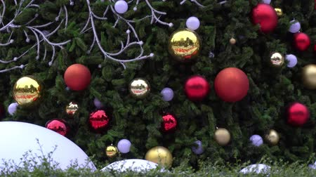 koszorú : Greeting Season concept.Gimbal shot of ornaments on a Big Christmas tree with decorative light in 4k (UHD)