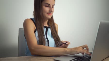 легкий : female holding credit card and using laptop computer buying on the internet at home in shopping on line business and technology digital marketing casual lifestyle concept. Стоковые видеозаписи