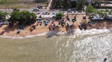 pescadores : Pattaya, Tailandia - 18 de abril de 2019: Playa y mar en Pattaya Chonburi, Tailandia, vista superior. Hermoso paisaje de la playa de Pattaya Chonburi, Tailandia Archivo de Video