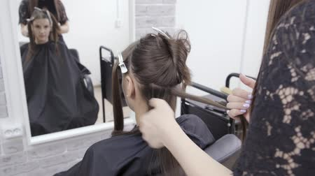 szampon : hairdresser makes hair lamination in a beauty salon for a girl with brunette hair. hair care concept Wideo