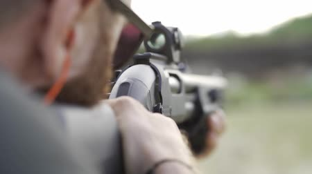ловушка : male shoots with a firearm, shotguns outdoors