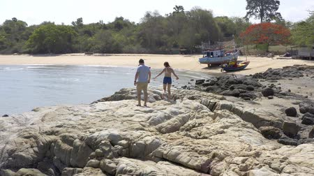 kei : Couple walking near sea. Couple walking on a cliff by the sea Stockvideo