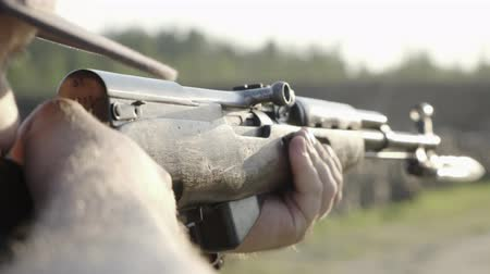 винтовка : male shoots with a firearm, shotguns outdoors