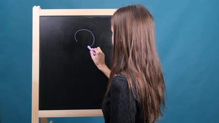сомнение : Concept Of Woman And Question Mark Drawn In Chalk On Blackboard. Female draws a question mark on the blackboard Стоковые видеозаписи