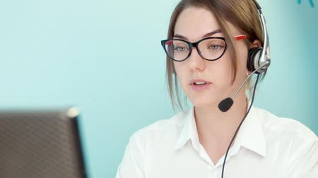 titkár : Woman solves the problem of the customer call center close-up Stock mozgókép