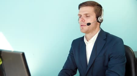 desteklemek : Man solves the problem of the customer call center close-up Stok Video