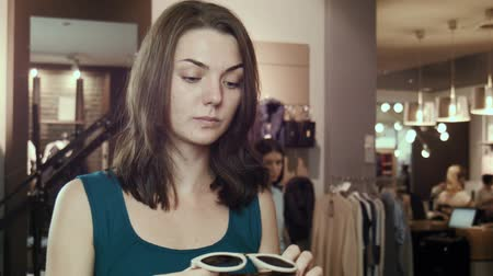 optyk : The girl tries on sunglasses in shop Wideo
