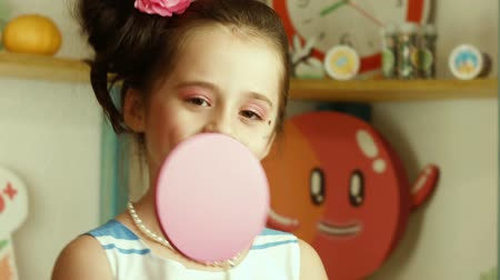 леденец : The girl is played with candy and dreams