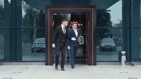 ayrılmak : Two businessmen leaving the business center also leave Stok Video