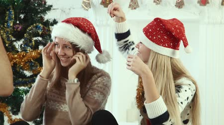 рождество : Friends wear Santa hats and makes Christmas selfie