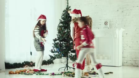pulóver : Four childrens decorate the Christmas tree