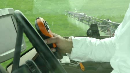 püskürtücü : the sprayer sprays young wheat view from cabin Stok Video