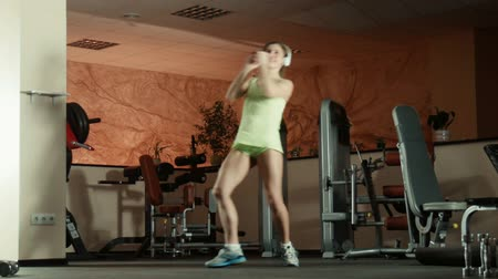 bojování : Woman is doing fitness exercises in gym