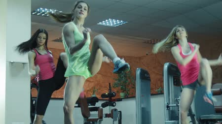 musculação : Three females stepping together in fitness gym on steps