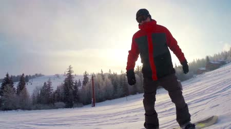 geçti : The snowboarder climbs down a mountain