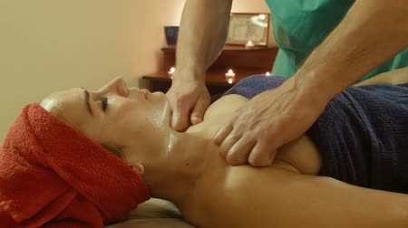 decolletage : Man massage faire dans le spa salon