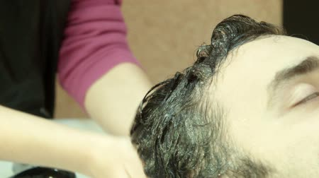 tüyler : Man in beauty salon washes head