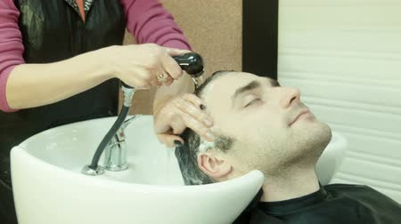 şampuan : Man in beauty salon washes head