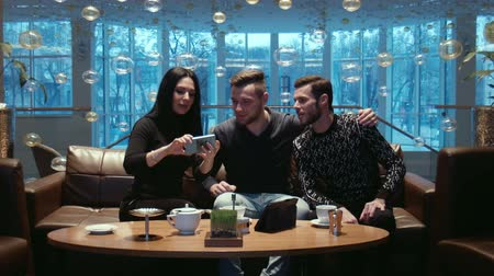 отель : Friends do the selfie at restaurant of hotel