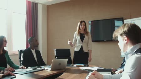 praca : Colleagues applauding businesswoman in office Wideo