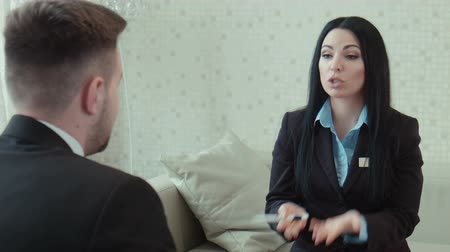 rozhovor : businesswoman in a uniform talks with client Dostupné videozáznamy