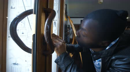 fosztogató : Horizontal shot of an African stealer breaking the lock making a crime.