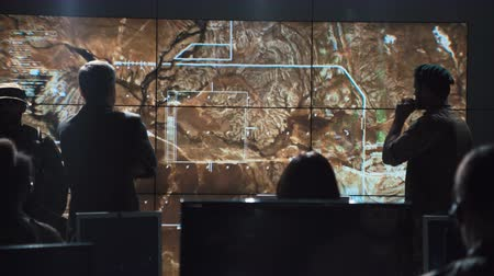 střela : Authority man giving order to launch nuclear bomb and tracking it on digital screen.