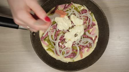 kepçeli : Womens hands are added to the raw homemade pizza sauce Stok Video
