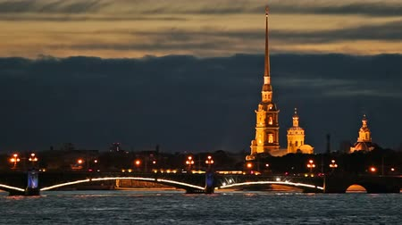 ruský : Night traffic on the Troitsky Bridge, near the Peter and Paul Fortress. St. Petersburg, Russia