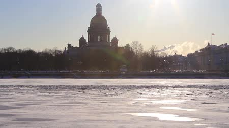 Time lapse of Neva river and silhouette of St Isaacs Cathedral at winter. St. Petersburg, Russia Wideo
