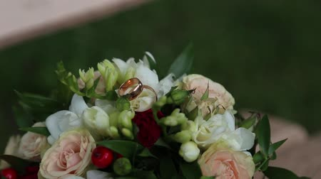 tırnak : wedding bouquet and rings Stok Video