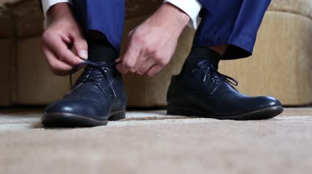 cadarço : Business man dressing up with classic, elegant shoes. Groom wearing on wedding day, tying the laces and preparing.