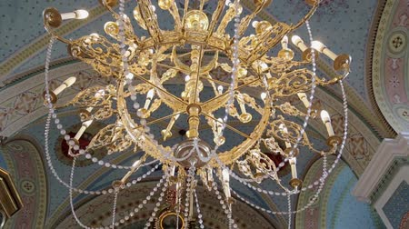 кулон : The crystal pendant lamps in a hall.