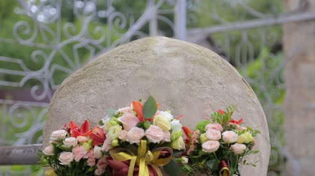 casar : Beautiful wedding bouquet and rings on concrete