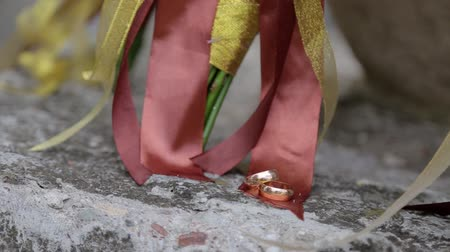 núpcias : Beautiful wedding bouquet and rings on concrete