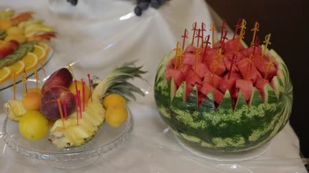 совершенство : Dish with cut watermelon and other fruits stands on the table outside. Candy bar. Стоковые видеозаписи