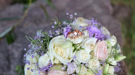 casar : Wedding rings lie on a beautiful bouquet as bridal accessories