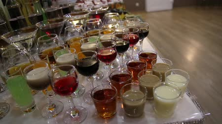 kırmızı şarap : Many different colorful cocktails in glass cups with tubes.