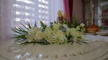 장식 정원 : White roses on a old white wooden table 무비클립